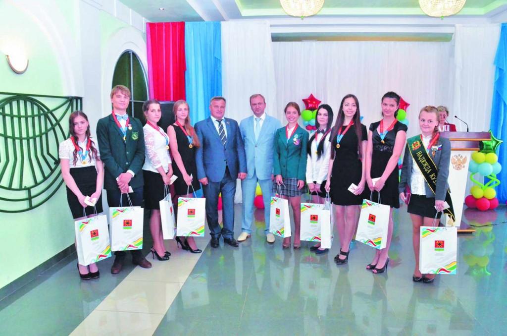 Заместитель губернатора А.А. Лазарев и глава города В.Н. Телегин с меда-листами